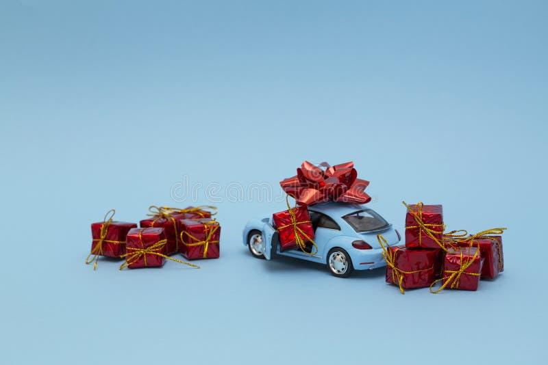 Bl? retro leksakbilleverans av g?vor p? bl? bakgrund valentin f?r dag s dagmamma s Internationell lycklig dag f?r kvinna` s royaltyfri foto