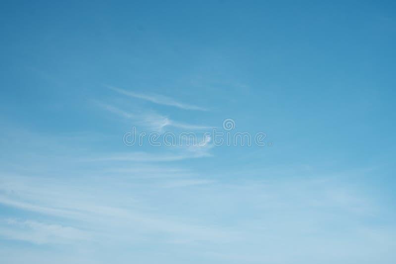 bl? sky f?r bakgrund arkivfoton