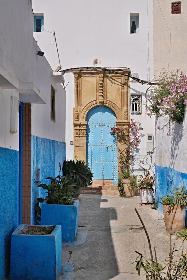 Bl? stadsChefchaouen gata Chefchaouen eller Chaouen stad i Marocko Nordafrika Blåa husväggar på gatan av ett forntida arkivbilder