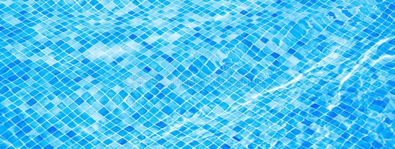 Bl?tt rivit s?nder vatten i baner f?r simbass?ngsommarsemester arkivbild