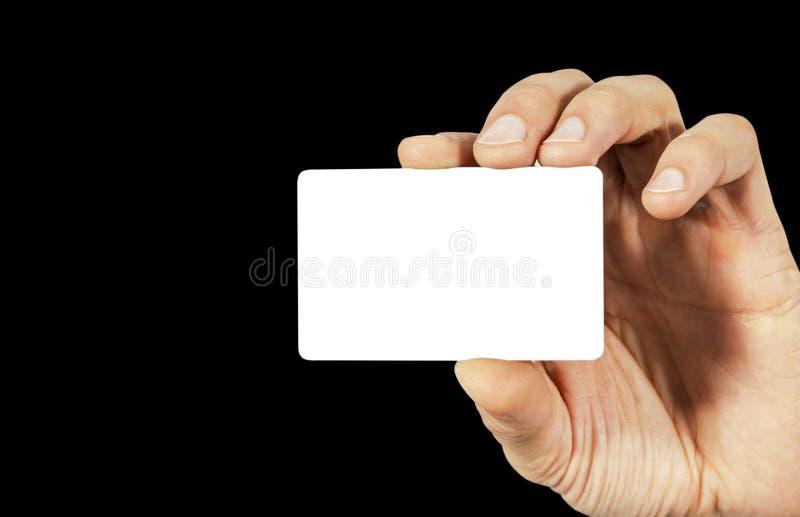 Επιχειρησιακό άτομο που κρατά μια κενή κενή επαγγελματική κάρτα με την απομονωμένη άσπρη οθόνη Επιχειρηματίας που παρουσιάζει τη  στοκ φωτογραφία με δικαίωμα ελεύθερης χρήσης