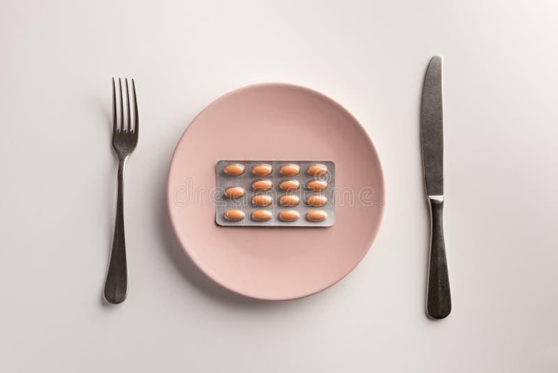Blaar met tabletten op de plaat stock afbeeldingen