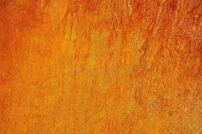 Blacha jasnożółto-pomarańczowa z śladami rdzy jako symbolem zniszczenia i entropii Naturalne tło projektowania obraz royalty free
