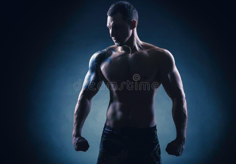 black16/5000Boxer的拳击手在黑色的black16/5000Boxer 库存图片