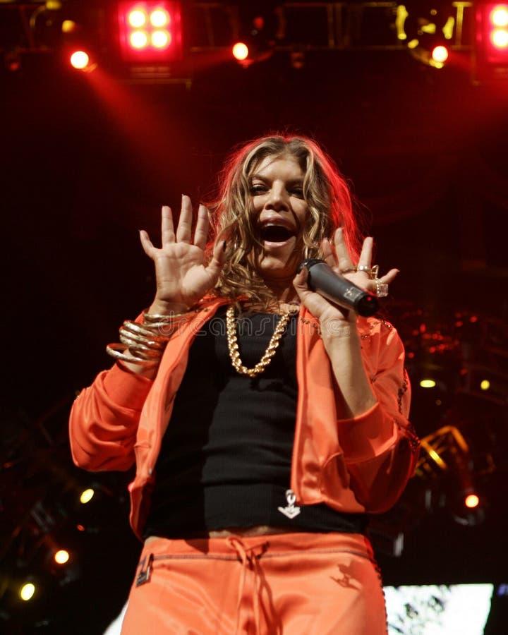 Black Eyed Peas exécutent de concert photos stock