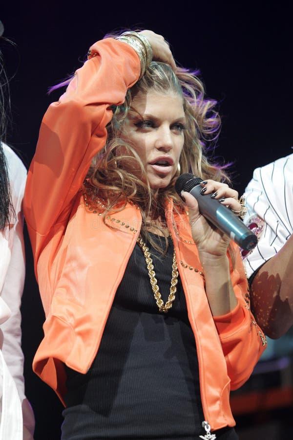 Black Eyed Peas exécutent de concert images stock