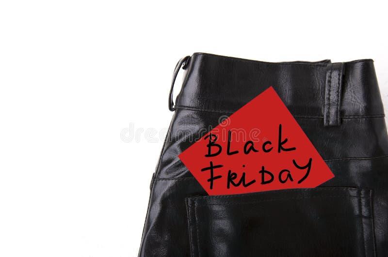 Black Friday auf Weißbuch in der Tasche der ledernen Hose stockbild