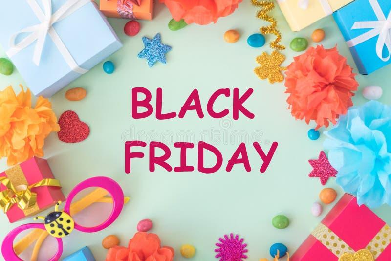 Black Friday baner med ljus text på ram med mångfärgade gåvaaskar arkivfoto