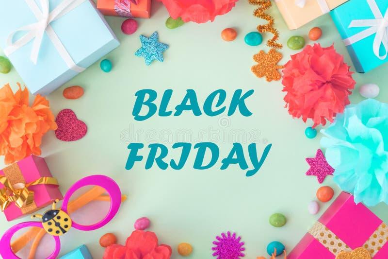 Black Friday baner med ljus text på ram med mångfärgade gåvaaskar royaltyfria foton