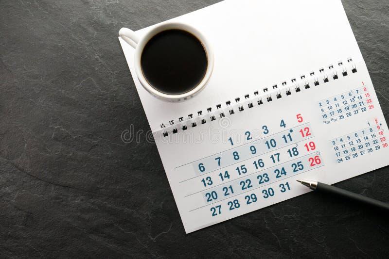 Black Friday, calendrier, stylo et tasse avec l'espace libre de café photo stock