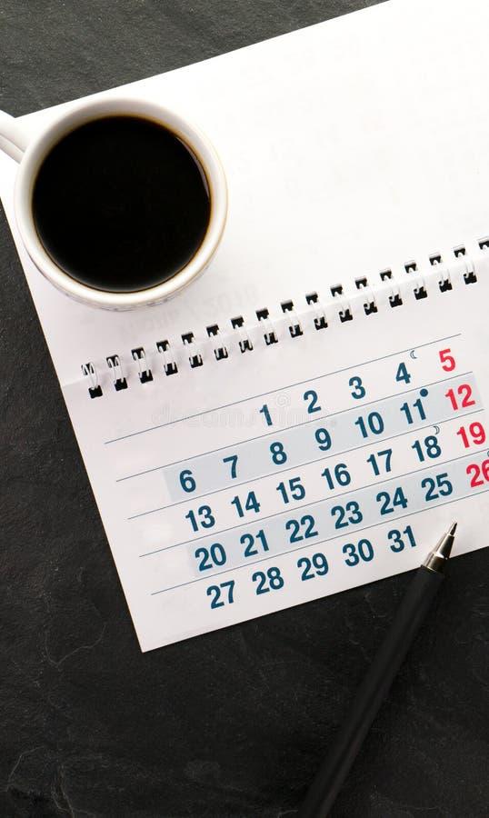 Black Friday, calendrier, stylo et tasse avec le plan rapproché de café images stock