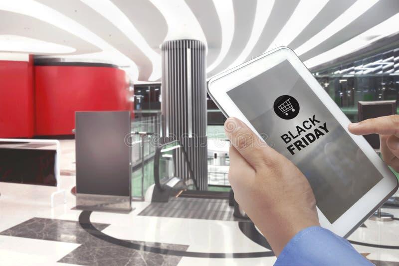 Black Friday con el icono del carro de la compra imagen de archivo