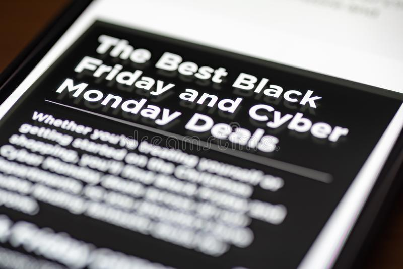 Black Friday e o Cyber segunda-feira negociam o texto no app de compra no close up da tela do smartphone fotos de stock