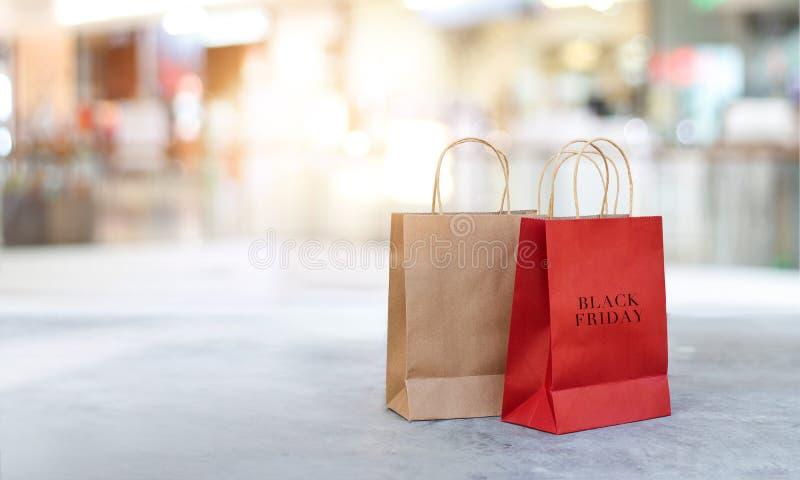 Black Friday-Einkaufstaschen auf dem Boden im Freien stockfoto