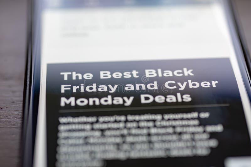 Black Friday et le Cyber lundi s'occupe le texte sur l'APP de achat sur le plan rapproché d'écran de smartphone image stock