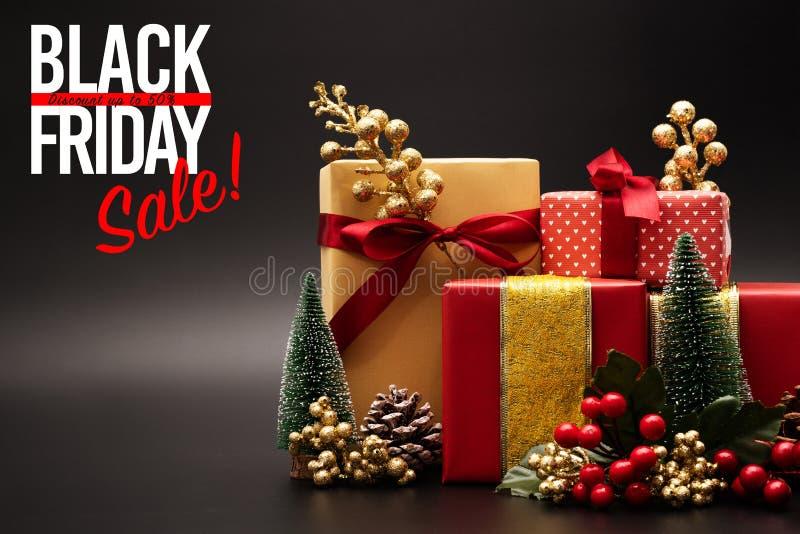 Black Friday försäljning, lyxig gåvaask på svart bakgrund royaltyfria bilder