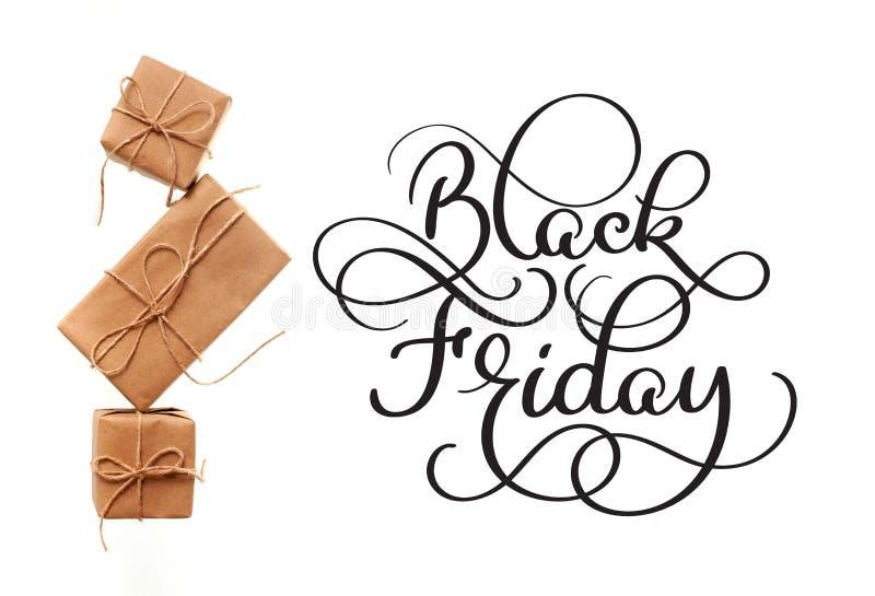 Black Friday-Kalligraphietext auf weißem Hintergrund und Geschenken Hand geschrieben lizenzfreies stockbild