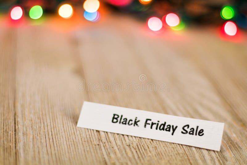 Black Friday-Lijstconcept op houten raad en gekleurde lichten, selectieve nadruk, ruimte voor exemplaar royalty-vrije stock afbeeldingen