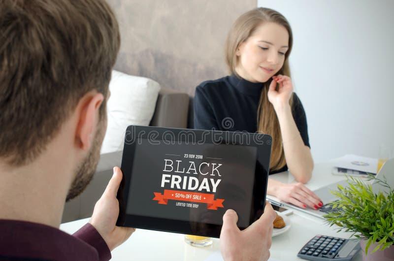 Black Friday promocyjna sprzedaż na cyfrowym pastylka ekranie fotografia stock