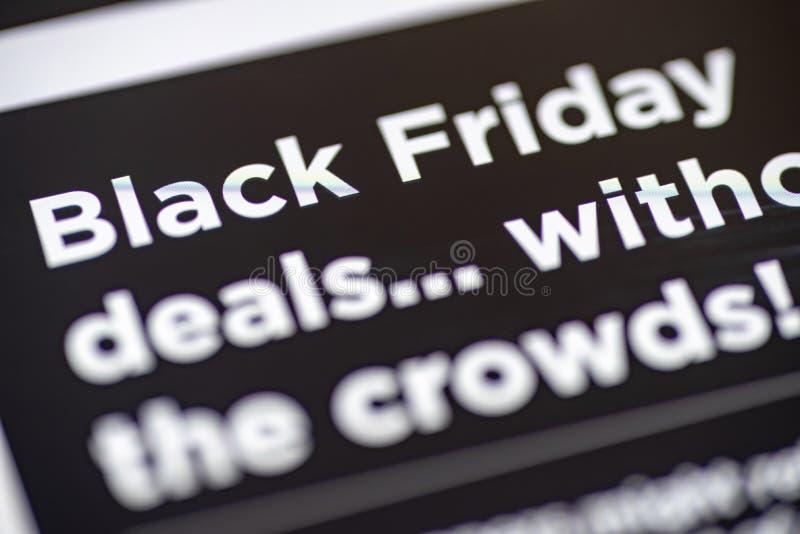Black Friday s'occupe le texte sur l'APP de achat sur le plan rapproché d'écran de smartphone images libres de droits