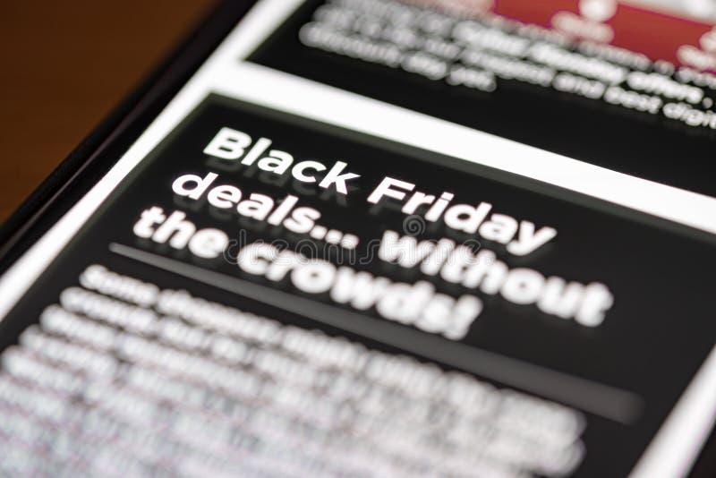 Black Friday s'occupe le texte sur l'APP de achat sur le plan rapproché d'écran de smartphone photo stock