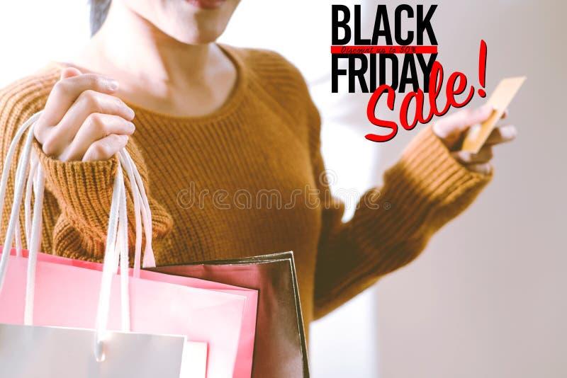 Black Friday sprzedaż, Szczęśliwa dziewczyna chwyta torba na zakupy obrazy royalty free