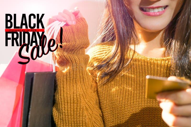 Black Friday sprzedaż, Szczęśliwa dziewczyna chwyta torba na zakupy obraz stock