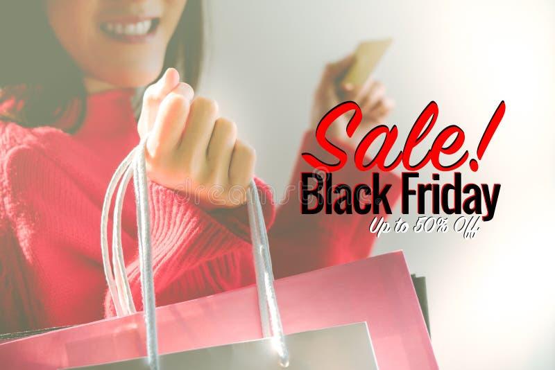 Black Friday sprzedaż, Szczęśliwa dziewczyna chwyta torba na zakupy fotografia royalty free