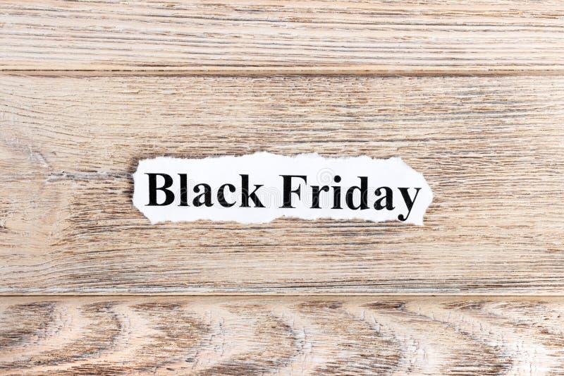 Black Friday-tekst op papier Word Black Friday op gescheurd document Het beeld van het concept royalty-vrije stock fotografie
