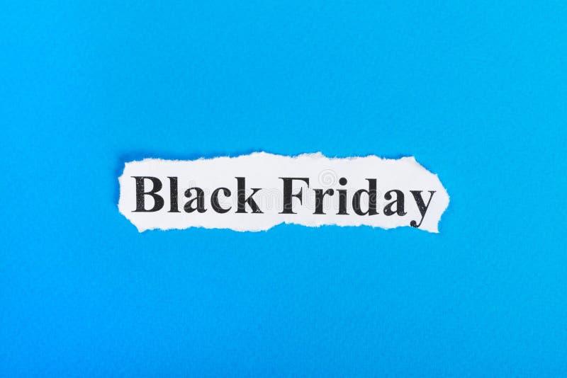 Black Friday-tekst op papier Word Black Friday op gescheurd document Het beeld van het concept stock afbeelding