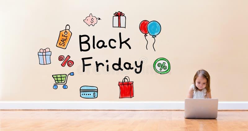 Black Friday tekst z małą dziewczynką używa laptop fotografia royalty free