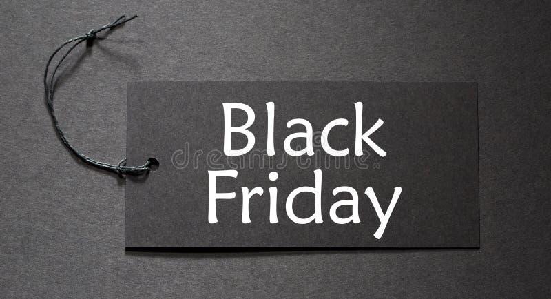 Black Friday-Text auf einem schwarzen Tag stockfotografie