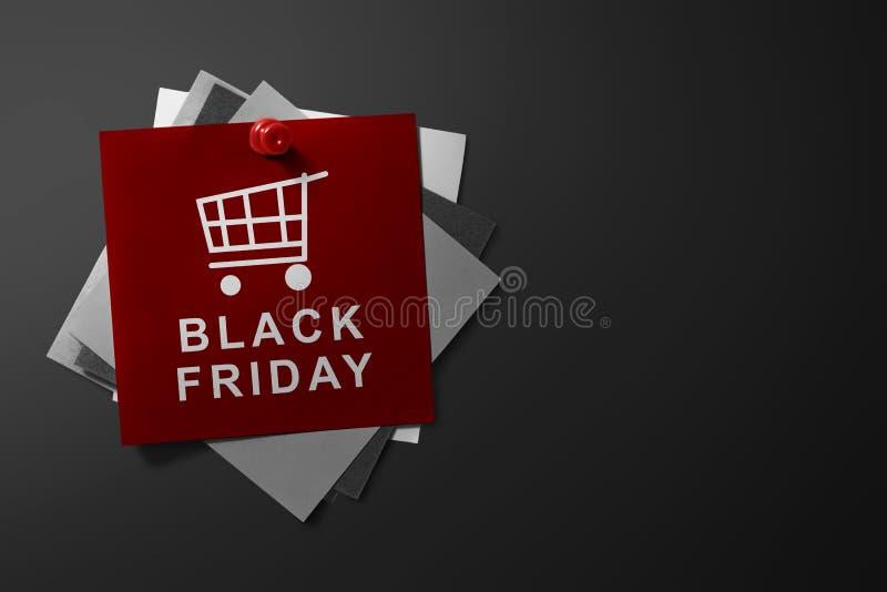 Black Friday-Text auf rotem Papier lizenzfreie stockfotos