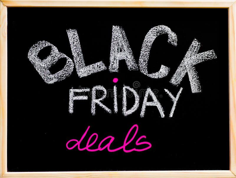 Black Friday traite la publicité manuscrite la craie sur le tableau noir de cadre en bois photographie stock libre de droits