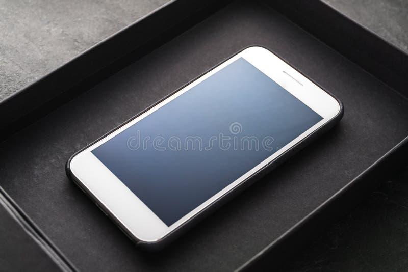 Black Friday, um telefone novo em uma diagonal da caixa negra imagens de stock