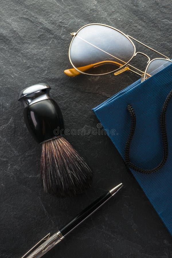 Black Friday, vente, verres de cadeaux, brosse de rasage et plan rapproché de stylo images stock