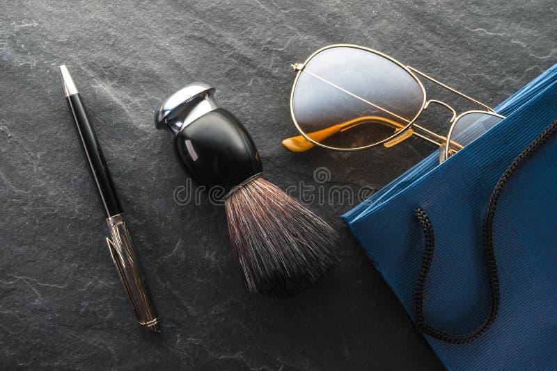 Black Friday, vente, verres de cadeaux, brosse de rasage et stylo image stock