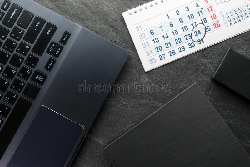 Black Friday, ventes, ordinateur et paquets en gros plan image libre de droits