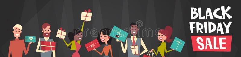 Black Friday-Verkaufs-Text über der Gruppe von Personen, die verschiedene Geschenkbox-horizontale Netz-Fahne hält lizenzfreie abbildung