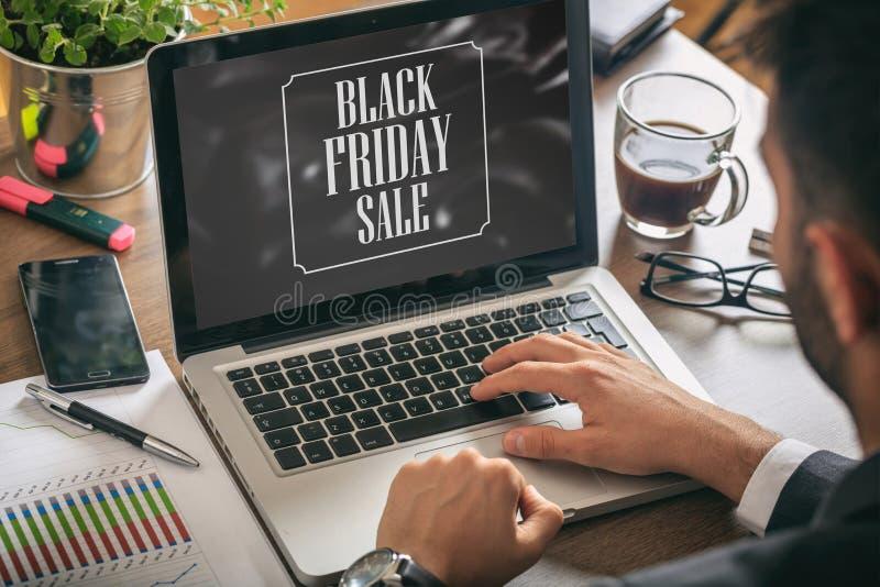 Black Friday-Verkaufstext auf einem Laptopschirm, Bürohintergrund lizenzfreies stockbild