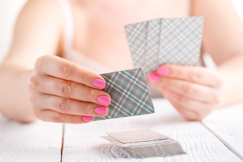 Black Jack kort, i att spela kortleken i den kvinnliga handen arkivfoto