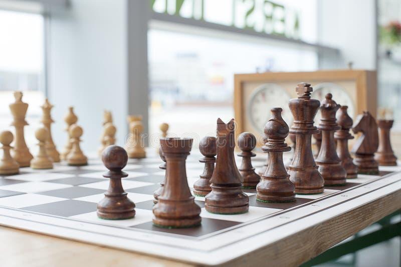 black maten för förlust för viktign för leken för slutet för schacket för brädeaffärskontrollen, metafor sommonokromen över strat royaltyfria foton