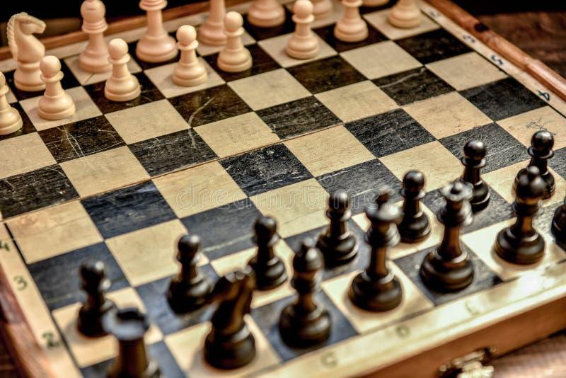 black maten för förlust för viktign för leken för slutet för schacket för brädeaffärskontrollen, metafor sommonokromen över strat royaltyfri foto