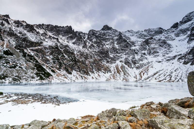 Black Pond eller Czarny Staw och Ryszard Peak i Tatra-bergen på Winter fotografering för bildbyråer