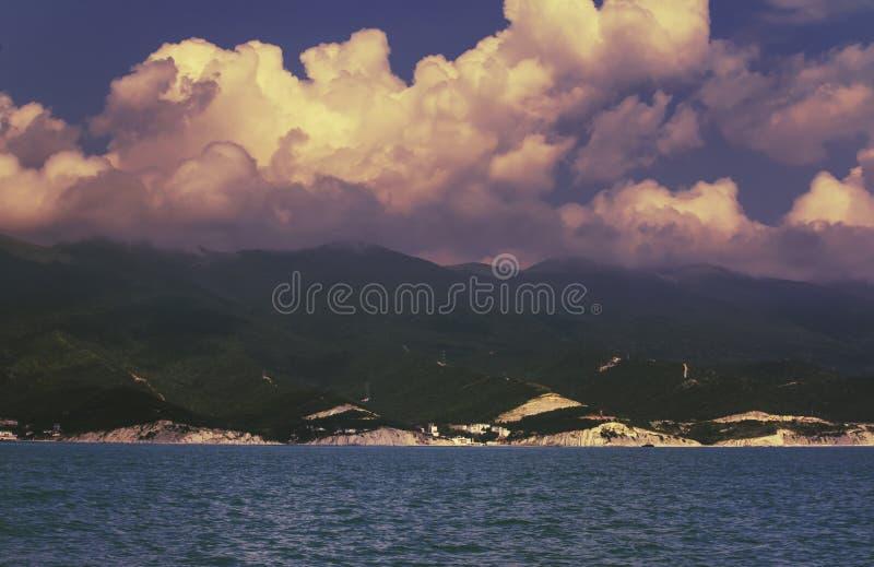 Black Sea gröna berg, blå himmel med vita moln Sceniskt landskap för sommarhav på solig dag royaltyfri foto