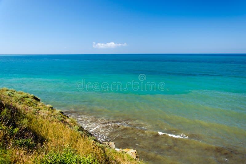 Black Sea seascape med vågor på den branta banken royaltyfri foto
