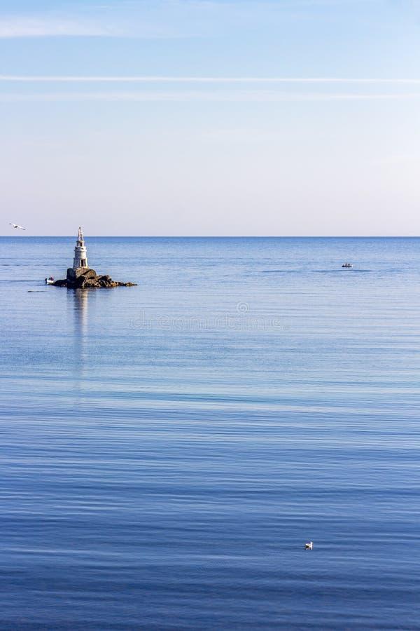 Black Sea sikt med den Ahtopol fyren, Bulgarien royaltyfri foto