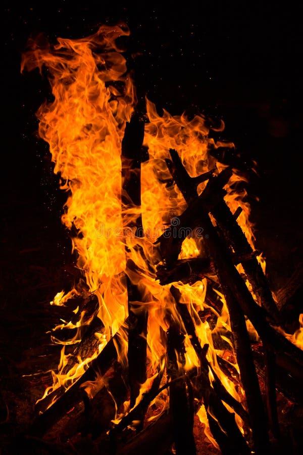 black tła ogień płonący w dobrych głównych miękkiego atrakcj pionowe obraz royalty free