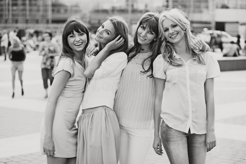 Black&white foto av de gladlynta flickorna fotografering för bildbyråer