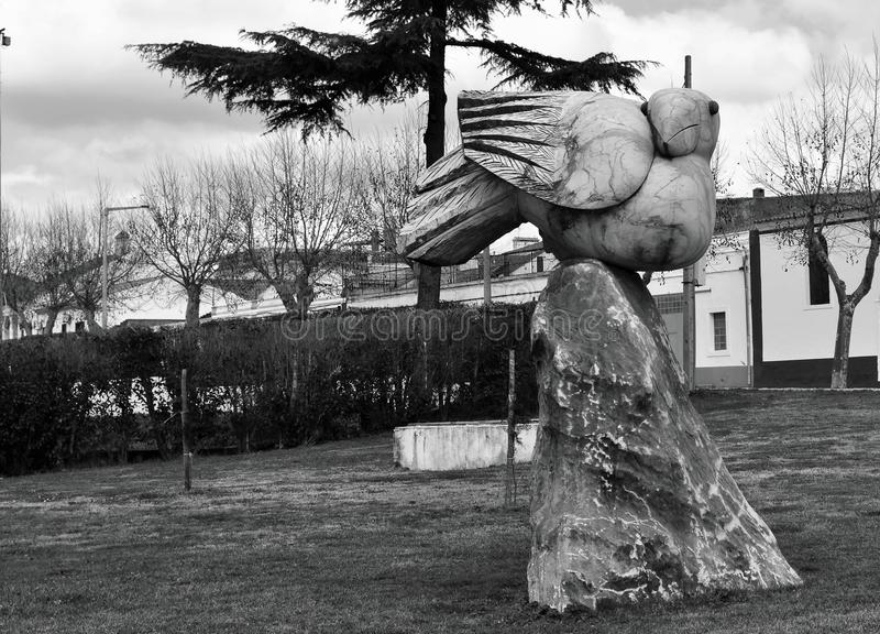 Black and white pink marble statue of a bird in a garden. Photo in black and white of a pink marble statue of a bird in a garden - Vila Viçosa, Alentejo stock image